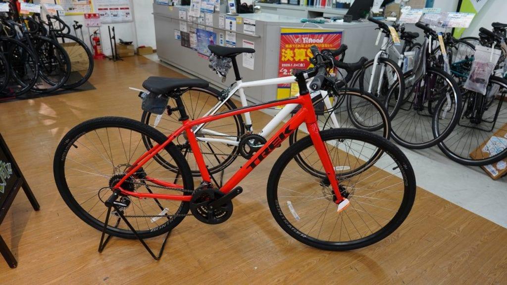 (奥) Cannondaleロードバイク (手前)TREKクロスバイク