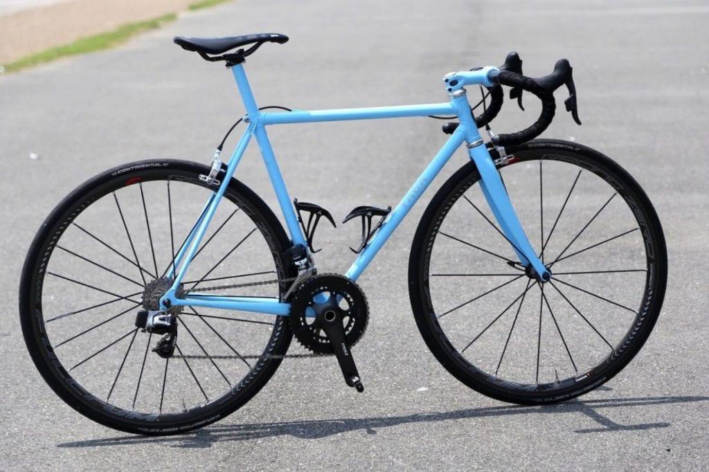 一般的なロードバイク。ドロップハンドル、細身のタイヤ、深い前傾姿勢をとることができるスポーツ自転車の代表格です。