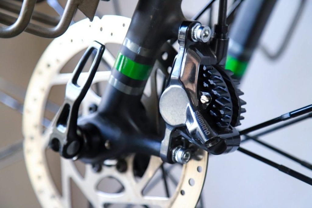 車輪の取り付けられたディスクローターをブレーキパッドで挟んで止まる仕組みのディスクブレーキ。オートバイなどにも採用されています。