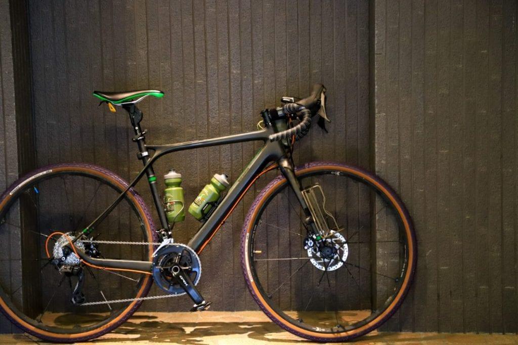 ロードバイクに比べてハンドルが高く、かつハンドルとサドルの落差が少ないため、リラックスした状態で乗車することが可能です。スポーツ自転車の中でもとっつきやすい自転車と言えると思います。