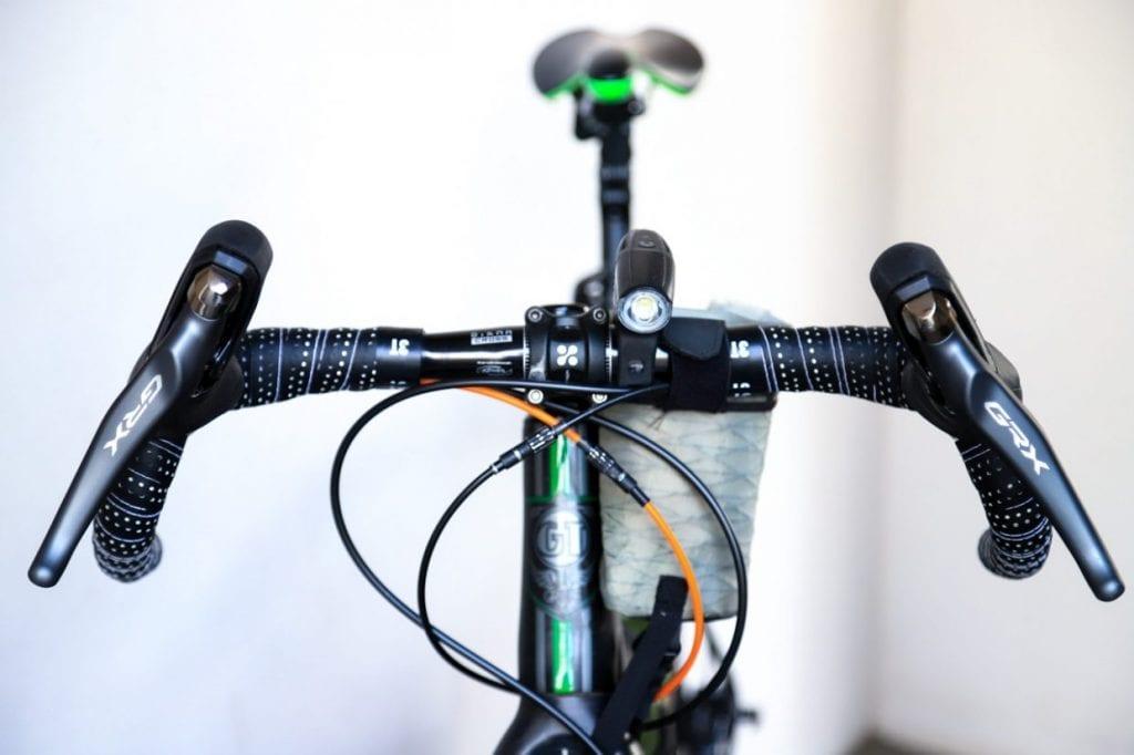 もう一つの特徴がこのハンドル幅の広さです。一般的なロードバイクに比べて4cm〜8cm前後、幅広に作られているモデルが多く、ハンドル幅を広げることでカーブの時の安定感が増したり手を置く場所が増えるといったメリットがあります。