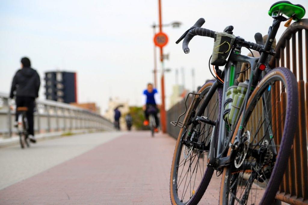 自転車通勤にもってこいのグラベルロードは初心者の人にも扱いやすい頑丈さや乗り心地の良さ、程よいフィットネス感も人気の理由です。