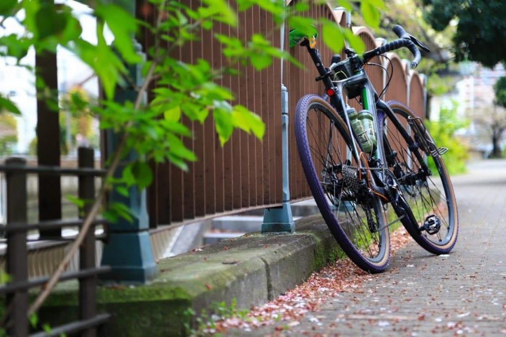 タイヤの太さ、フレーム設計、さらにはサドルの材質など、複数の要素が合わさって乗り心地の良さに繋がっています。毎日の通勤を快適にしてくれるだけでなく、休日のサイクリングをする上でも嬉しいポイントです。
