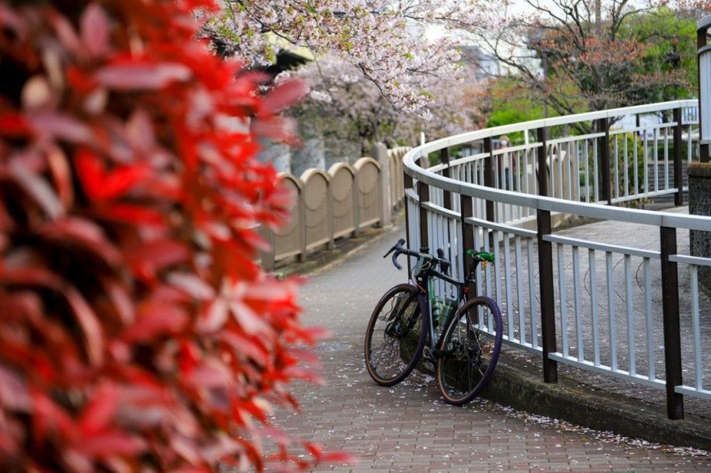 グラベルロードは景色を楽しみながらマイペースで走るのに適している自転車です。通勤中にちょっと遠回りして知らない道を通ったり公園や川沿いを走ったり・・・そんな楽しみ方ができるのも自転車通勤の魅力ですね。