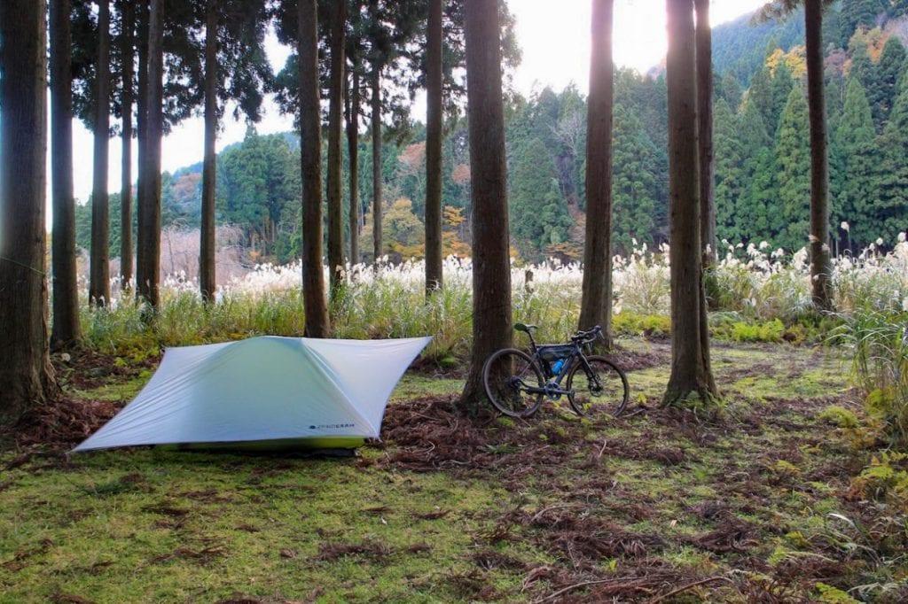 休日に自転車にテントを積んでキャンプツーリングなんて楽しみ方もできちゃうのがグラベルロードの魅力。日常から非日常までがシームレスに繋がる体験を是非ご堪能ください。