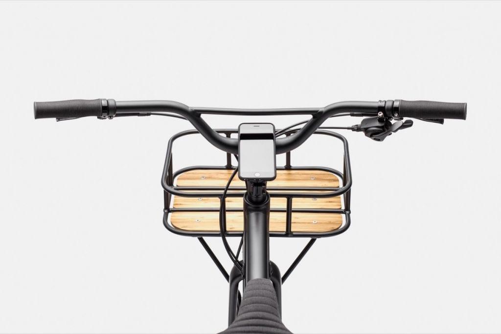 センスのいいフロントバスケットが付属。荷物を高く積んでもハンドリングに干渉しないよう、BMXゆずりなアップライトなハンドルもよく考えられている。