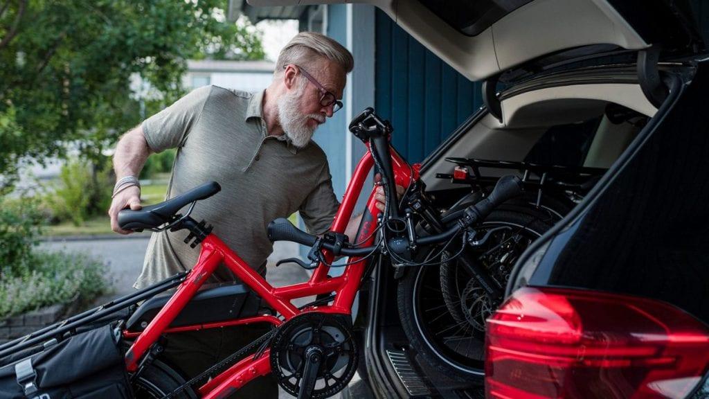 自動車に車載するとき、一番の難点になるハンドルのかさ高さを解決する折りたたみ機構。これで遠くの場所までトランポし、旅行先でのサイクリングを容易に楽しむことができる。