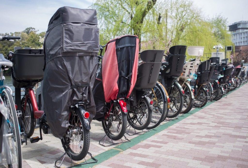 寒くなってくると常時レインカバー着用の自転車もだんだんと増えてくる