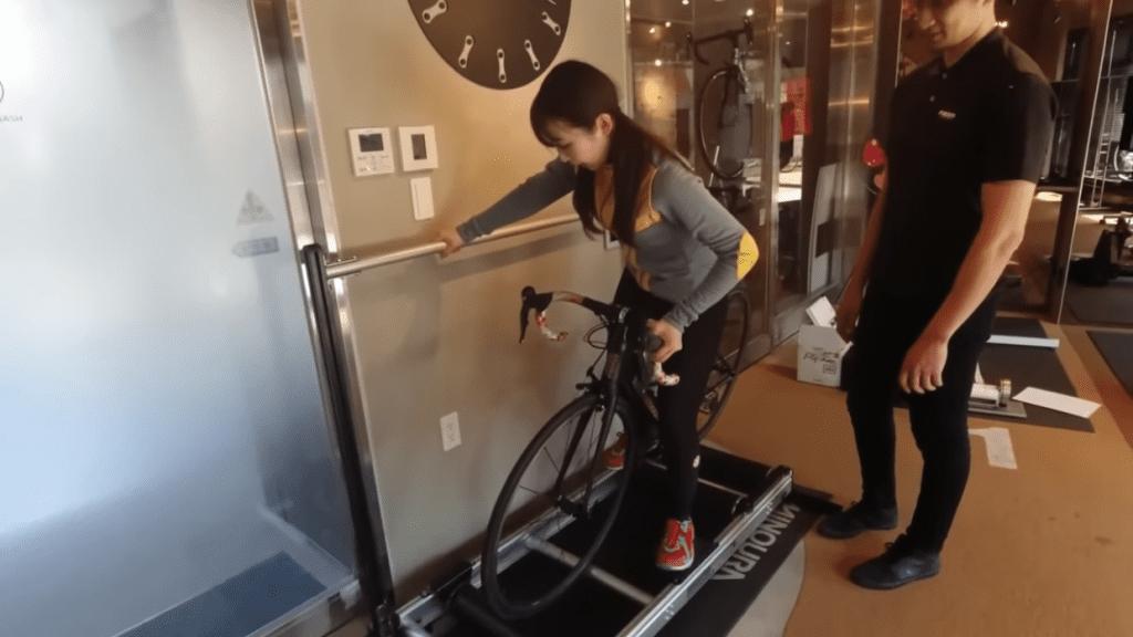 降りる時は自転車を傾けると足がつきやすい