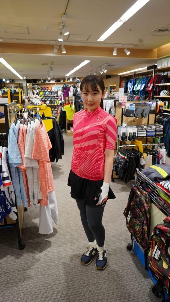 カステリのピンクのジャージにスカートを合わせたガーリーなスタイル。