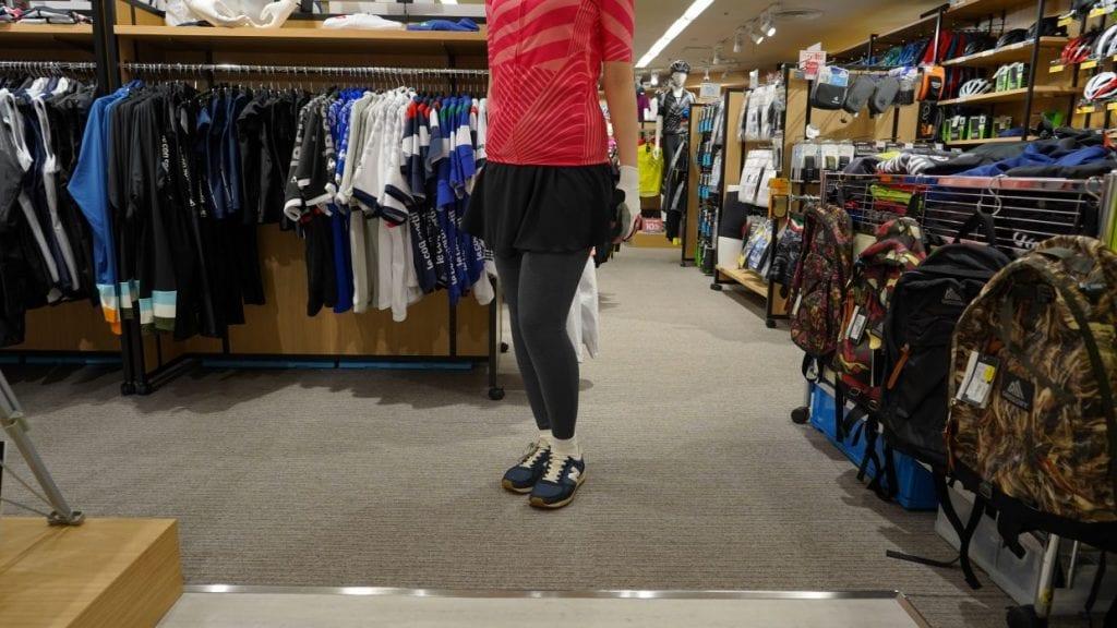 タイツやレーシングパンツが腰回りが恥ずかしいという方は、ボディラインをうまく隠してくれるスカート系やパンツ系を合わせるのがおすすめ。