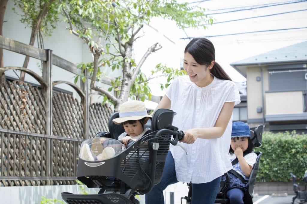 子供を2人乗せるには「幼児2人同乗用自転車」が必要 ※写真はイメージ。子どもにはヘルメットを着用させましょう。