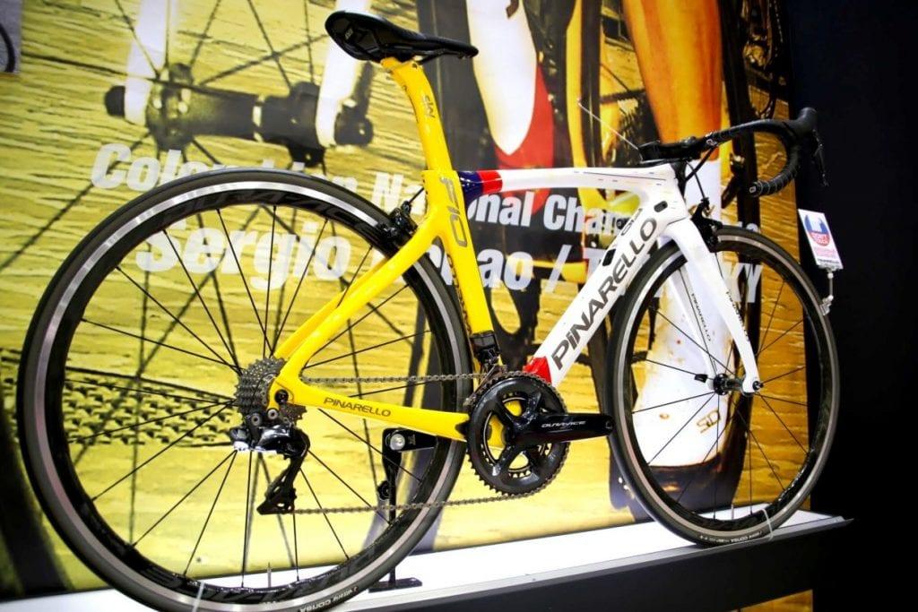 ピナレロのトップモデルDOGMA。世界中のサイクリストが知るレーシングバイクのコンポは、最上位デュラエースのDI2(電動変速)。写真はサイクルモードで展示されたスペシャルモデル。Photo: 神楽坂つむり