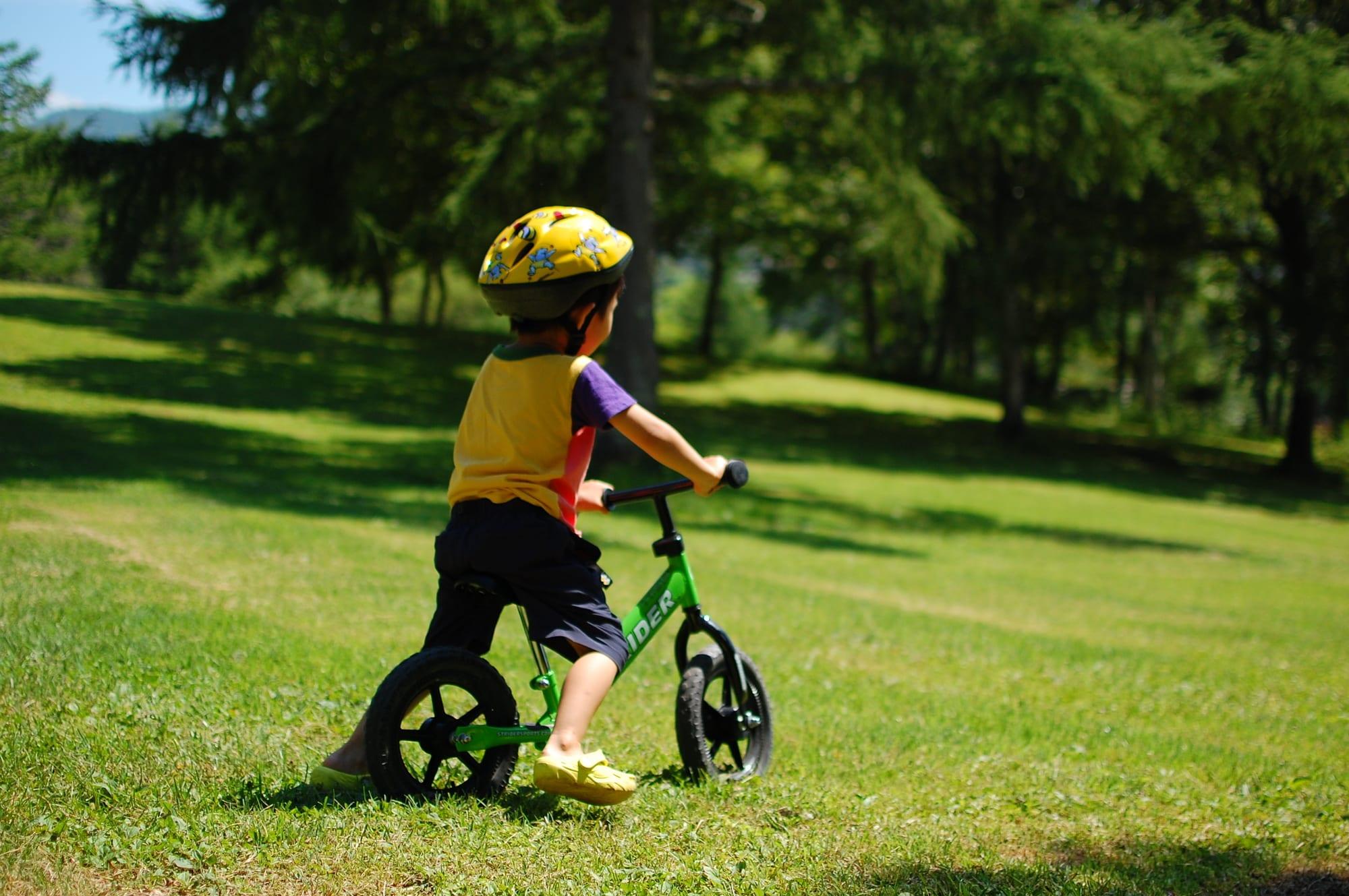 キックバイクで遊ぶときも、ヘルメットをかぶらせましょう