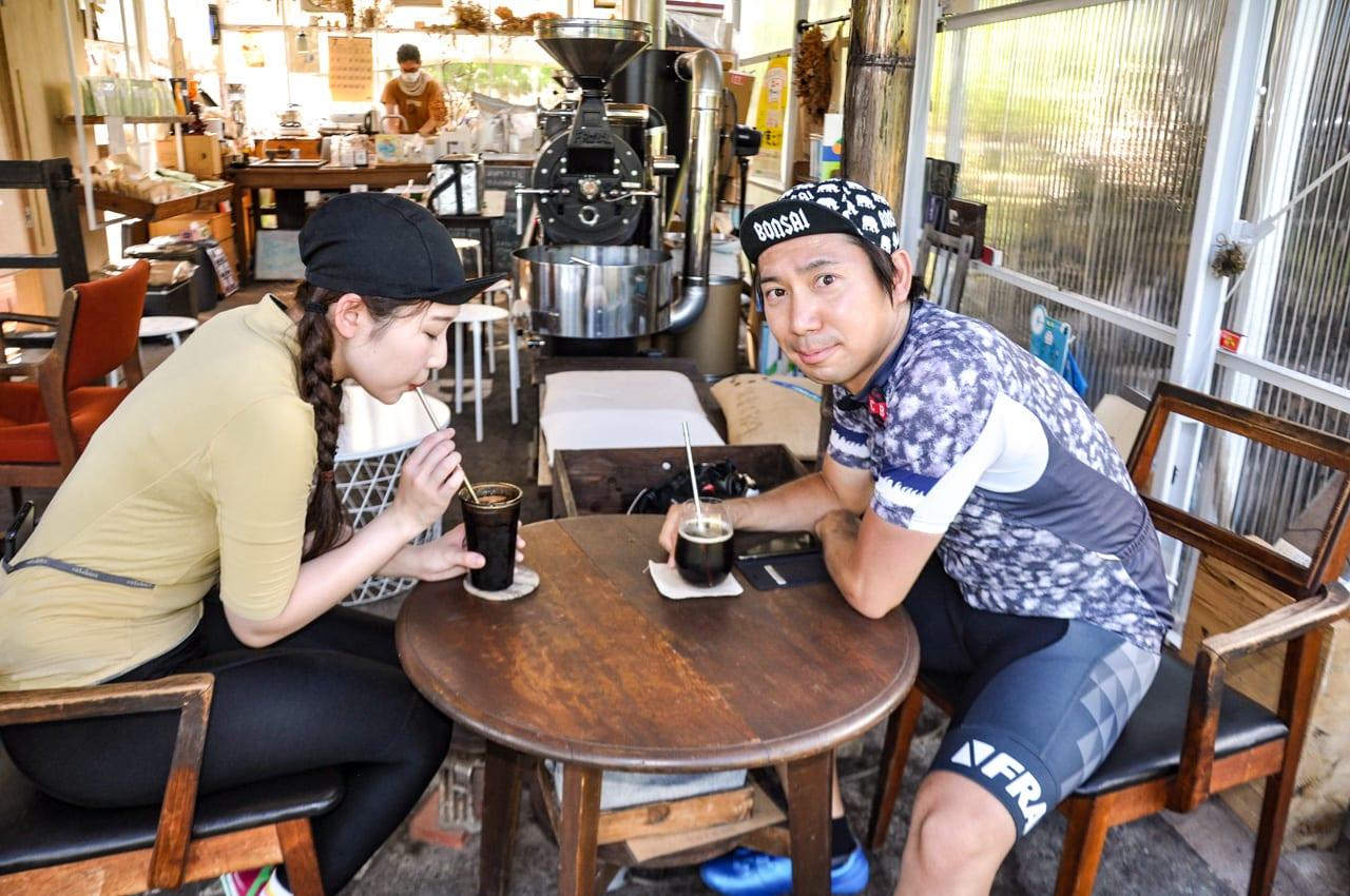 なみこさんは水出しコーヒー、イマオさんは濃いめの水出しコーヒーを炭酸で割った「コーヒーソーダ」を堪能中!