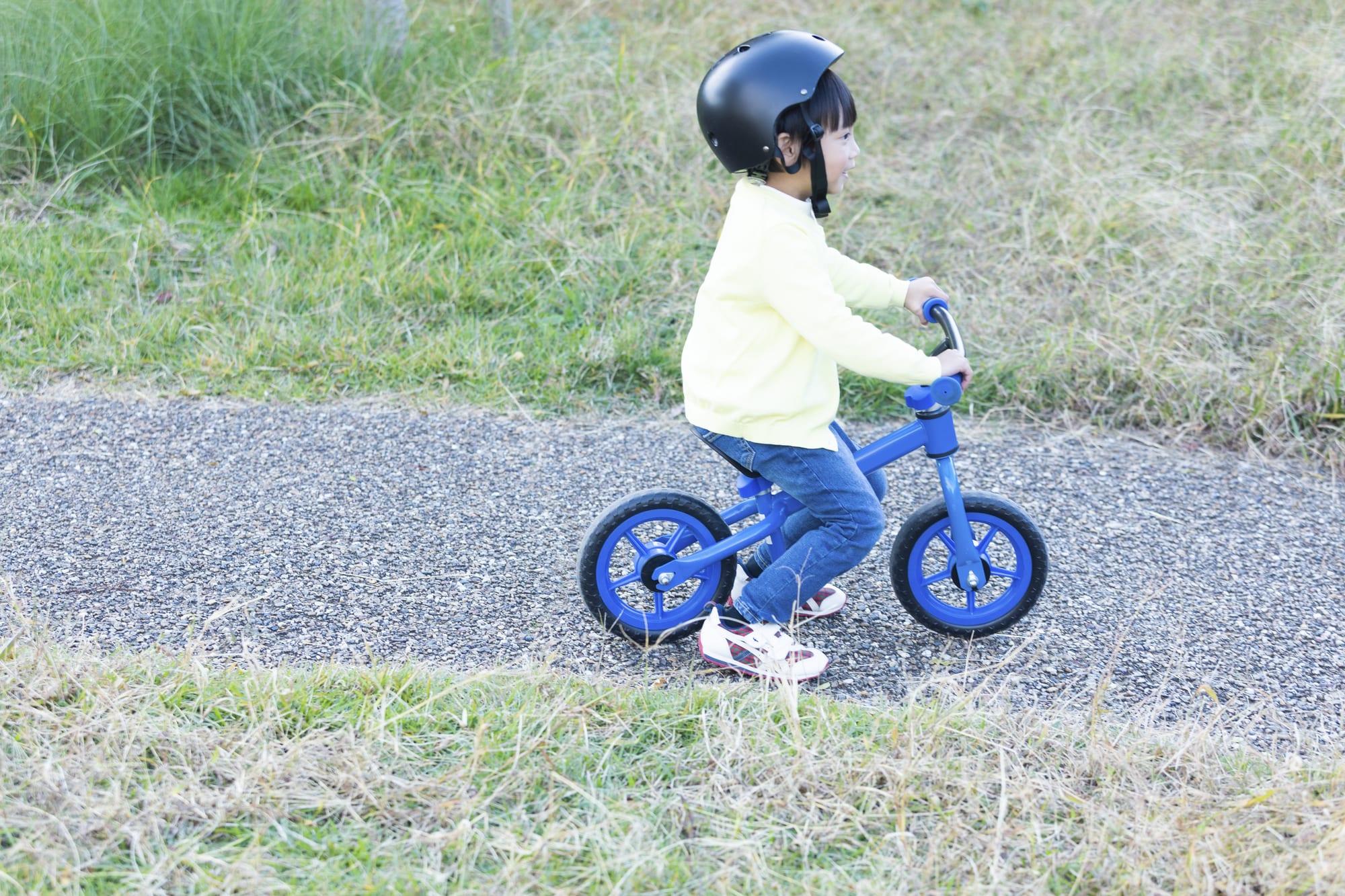 ストライダーに安全に乗るためにはヘルメットが必要