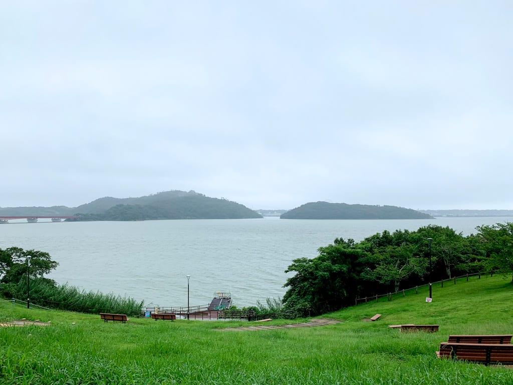 コース55km地点で通過した舘山寺エリアの半島がみえる