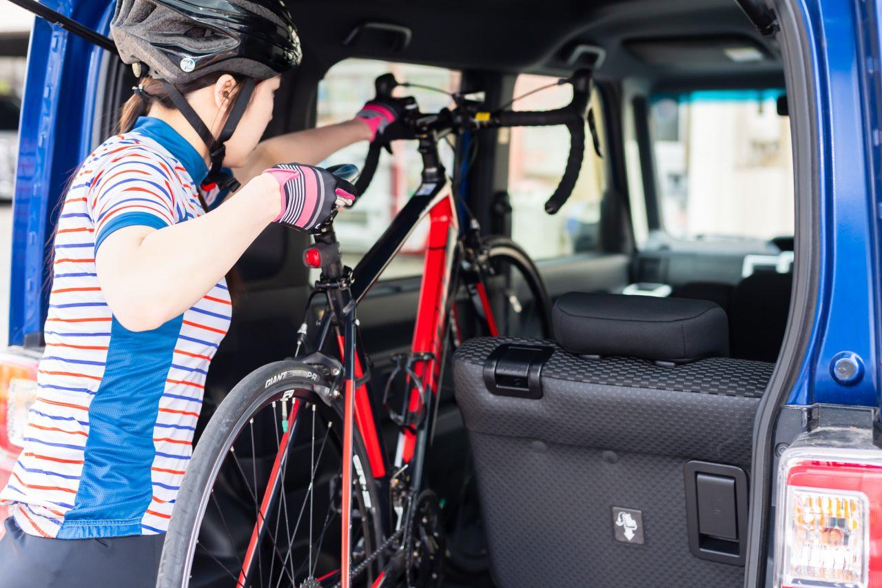 後部座席を倒し、そのまま自転車を積める車種も。停車中に後ろを振り返って愛車を眺めることができるのも、ある種の贅沢と言える。