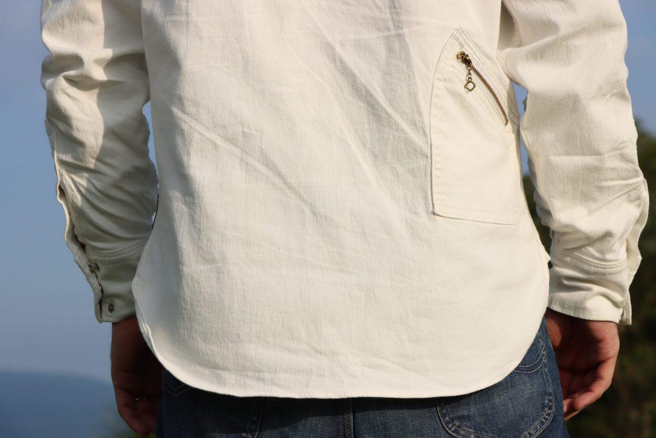 バックポケットの上部には夜間の被視認性を高めるリフレクターステッチ
