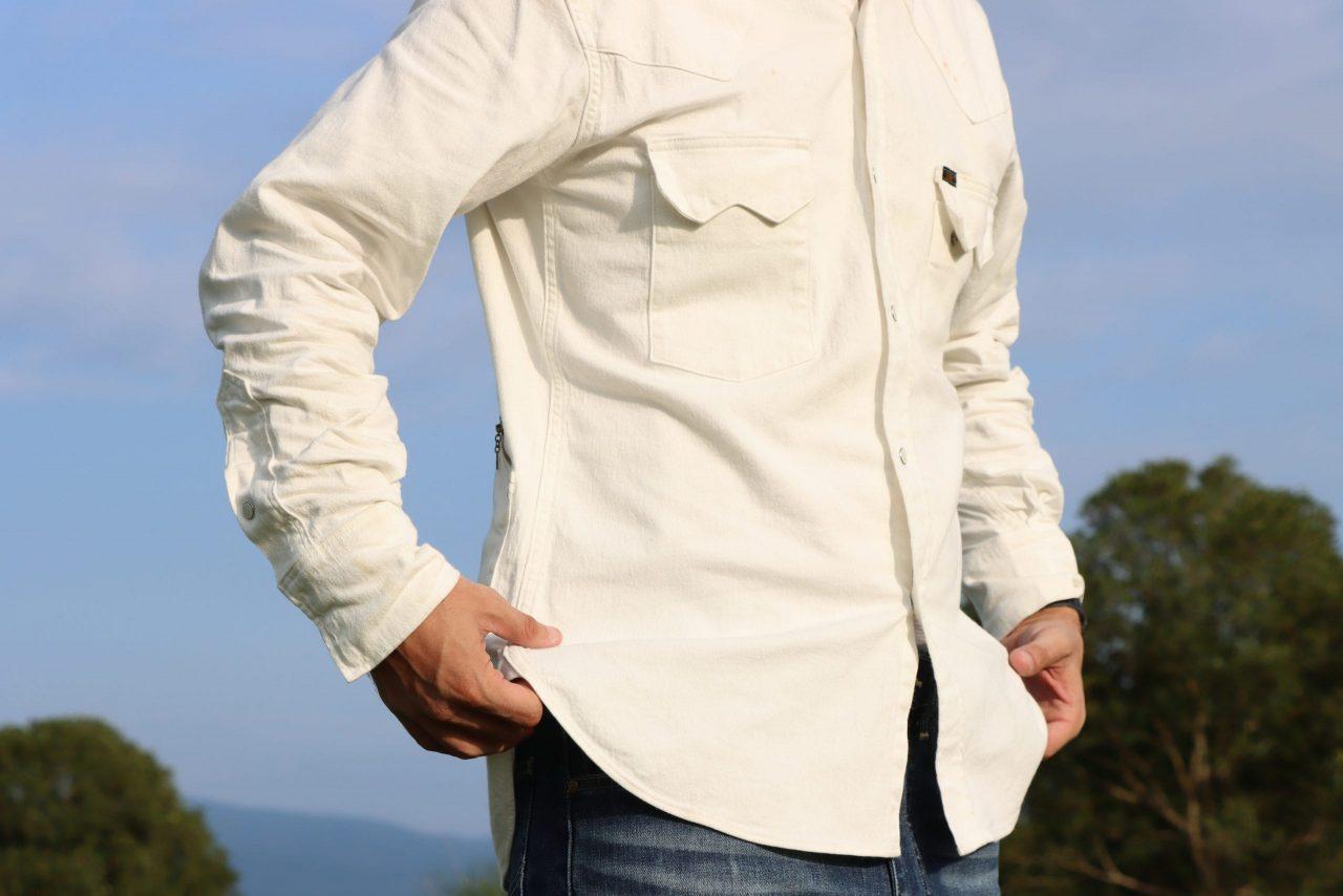 1950年代のウエスタンシャツに使用されていた「イチゴボタン」と呼ばれるスナップボタンがクラシカルなムードを演出 胸ポケット、カフスのボタンが隠し仕様となっており、コーディネートしやすい
