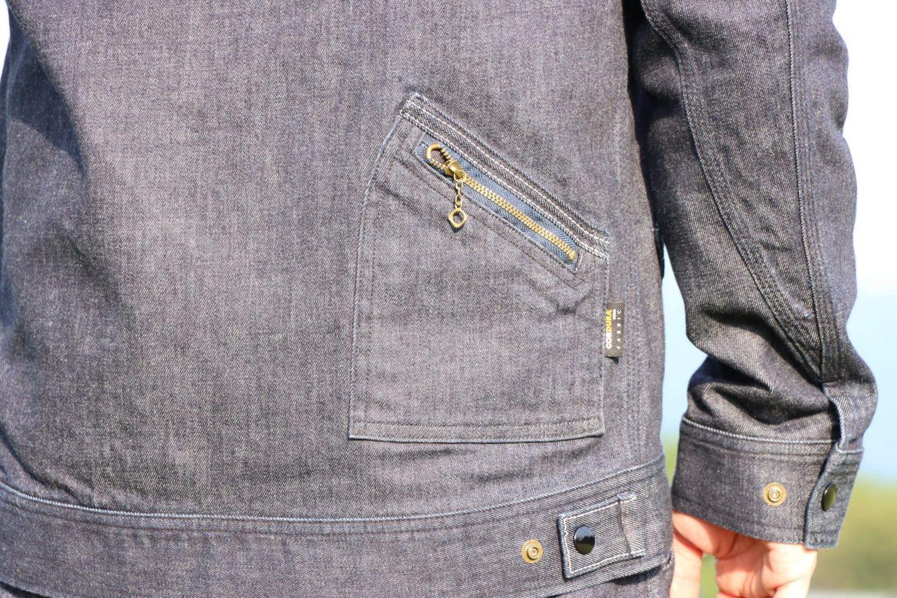 ファスナー付きポケットを後身頃にも配置し、オリジナリティと収納力をアップ バックポケットファスナー上部と裾タブには被視認性を高めるリフレクターステッチ