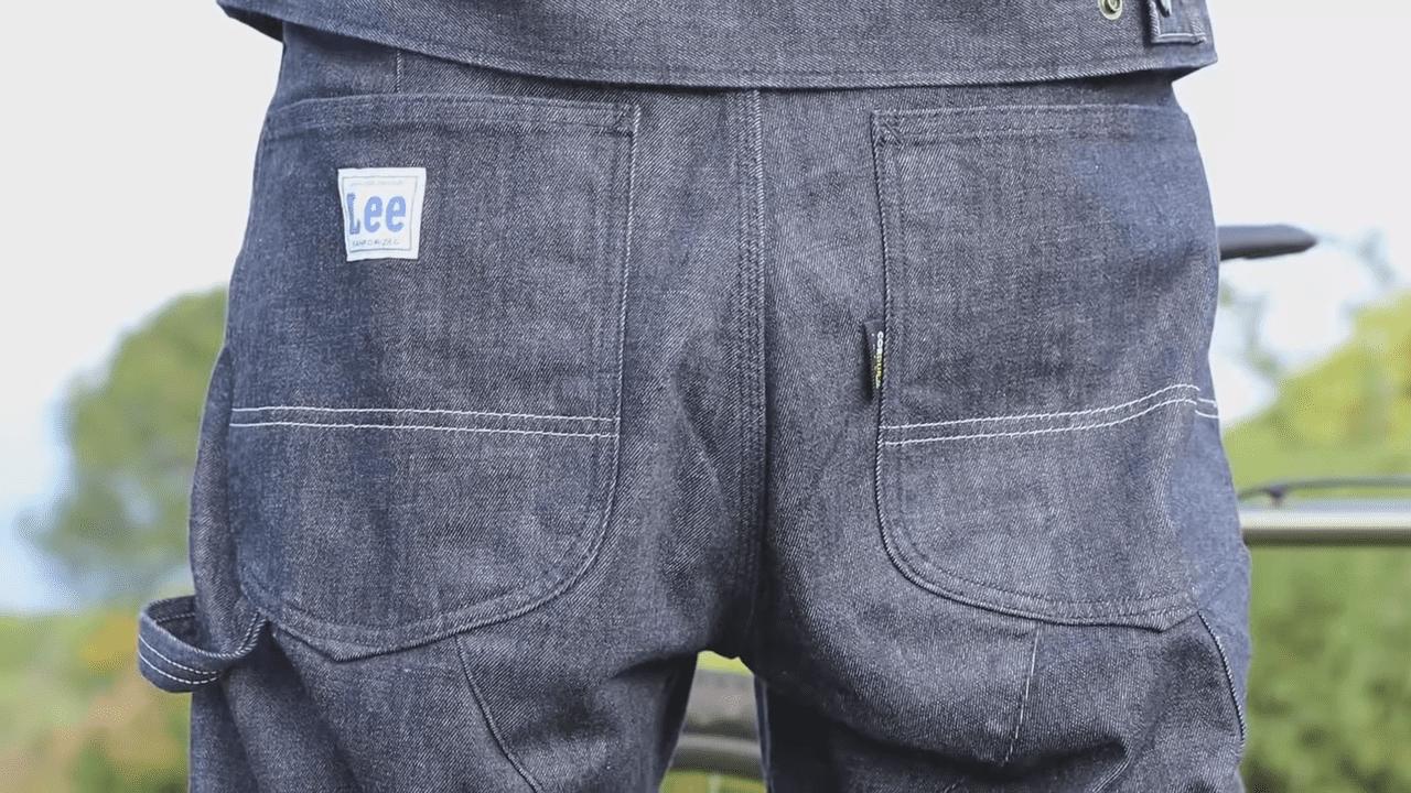 バックポケットとハンマーループのステッチには、夜間の自転車走行時、後ろからの被視認性を高めるリフレクター糸を採用