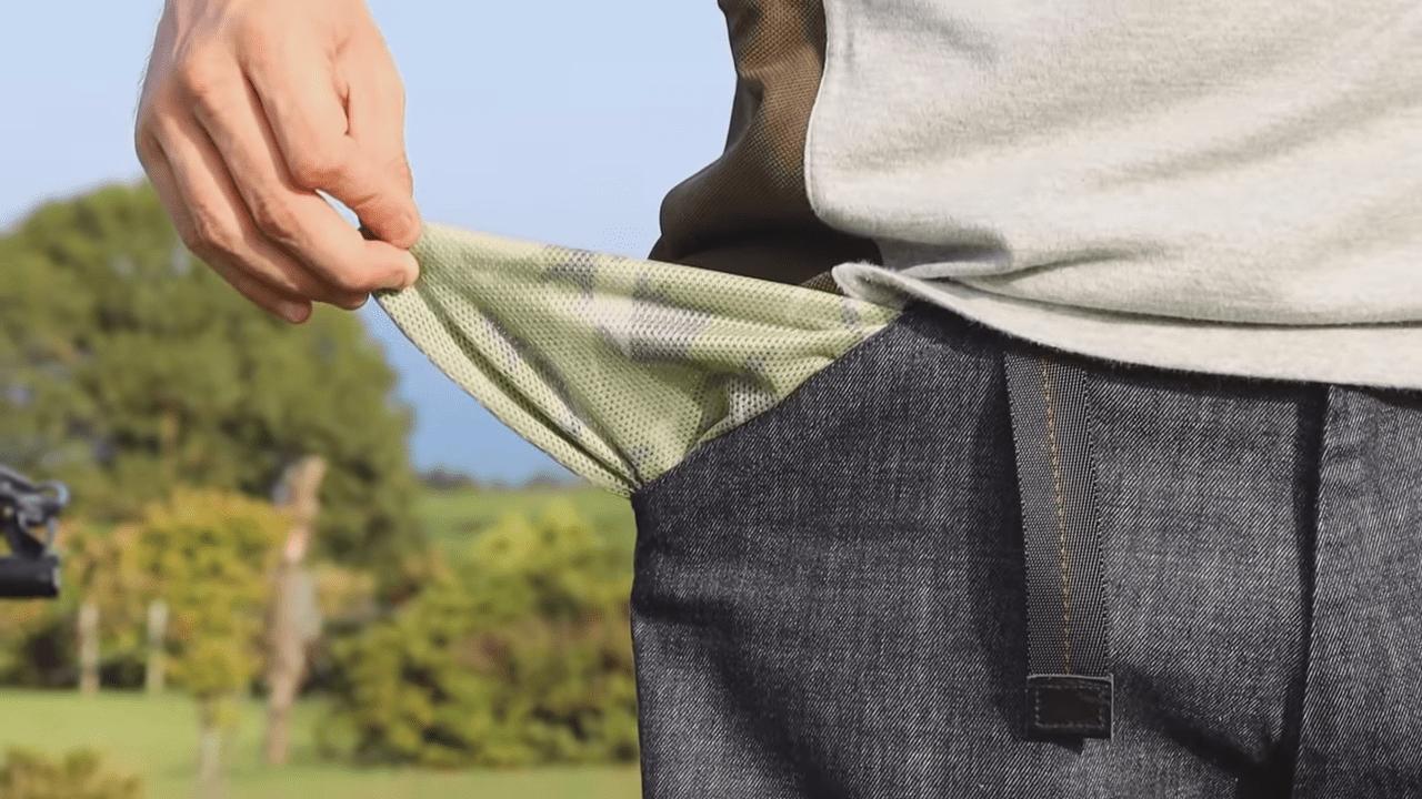 ポケット裏と腰裏にはオリジナル迷彩メッシュを施し、汗によるストレスを軽減