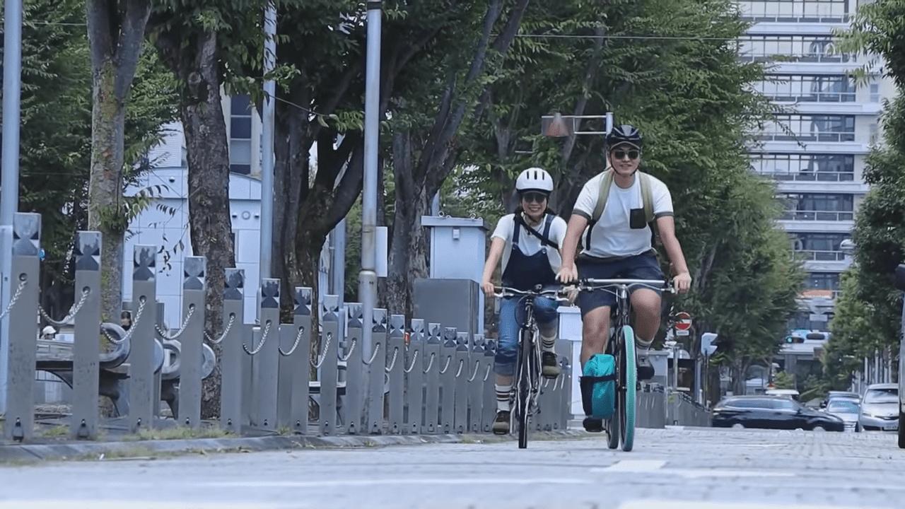 SLAK(スラック)を履いてサイクリング中のトランクさん、若葉さん