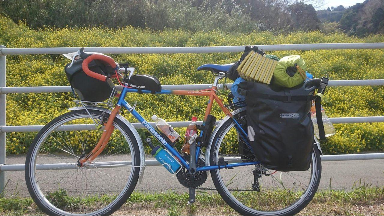旅の荷物を積んだ自転車