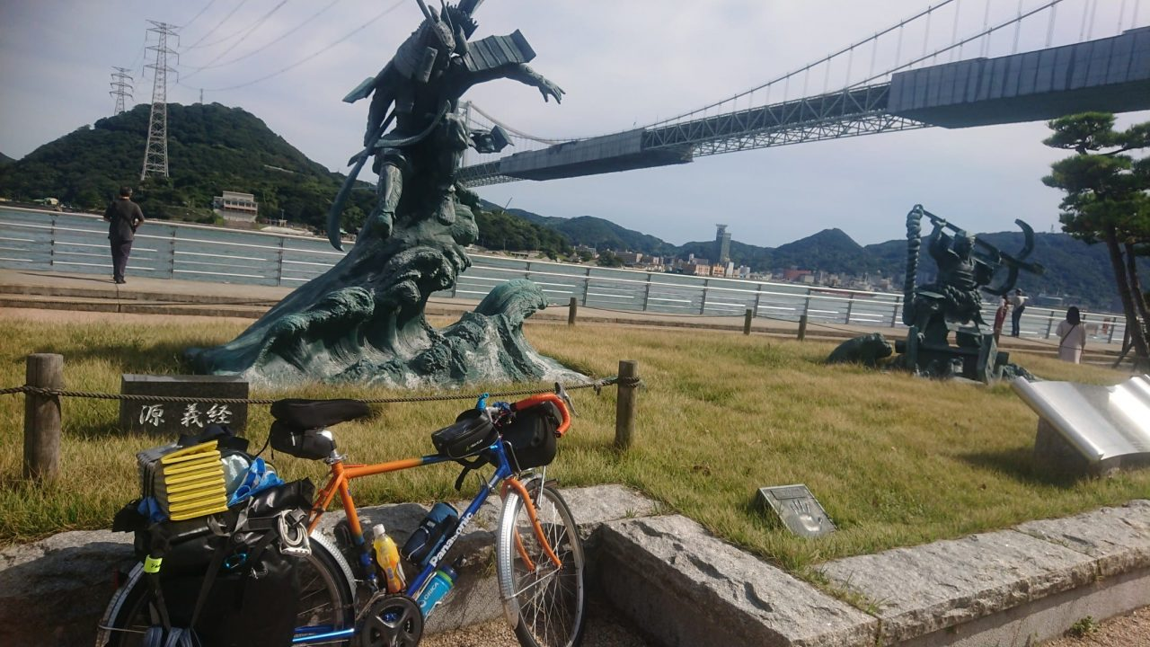 みもすそ川公園(山口県下関市)にある源義経と平知盛像 義経は八艘飛び、知盛は錨を担いだ姿で対峙しています。