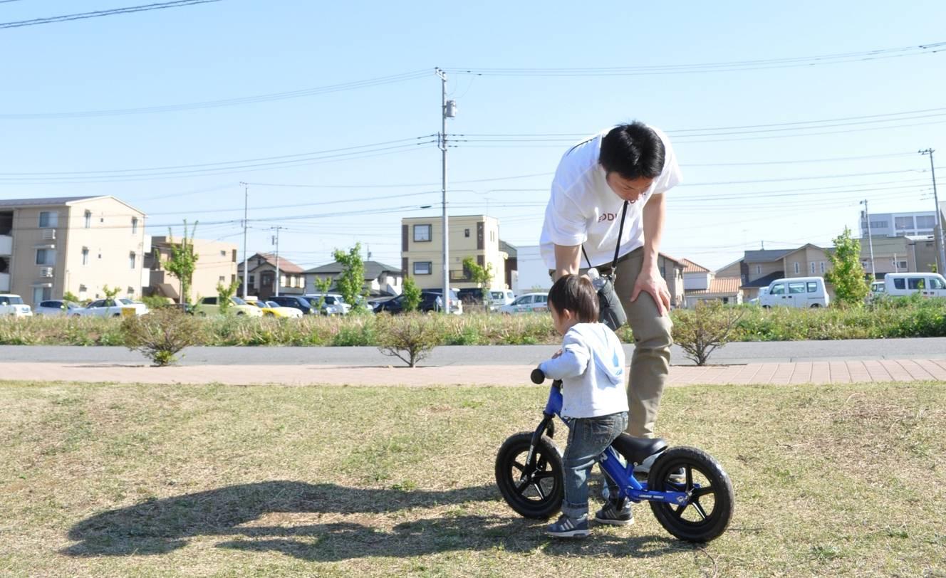 ※画像はイメージです。ストライダーに乗る時は、必ずヘルメットをかぶらせましょう