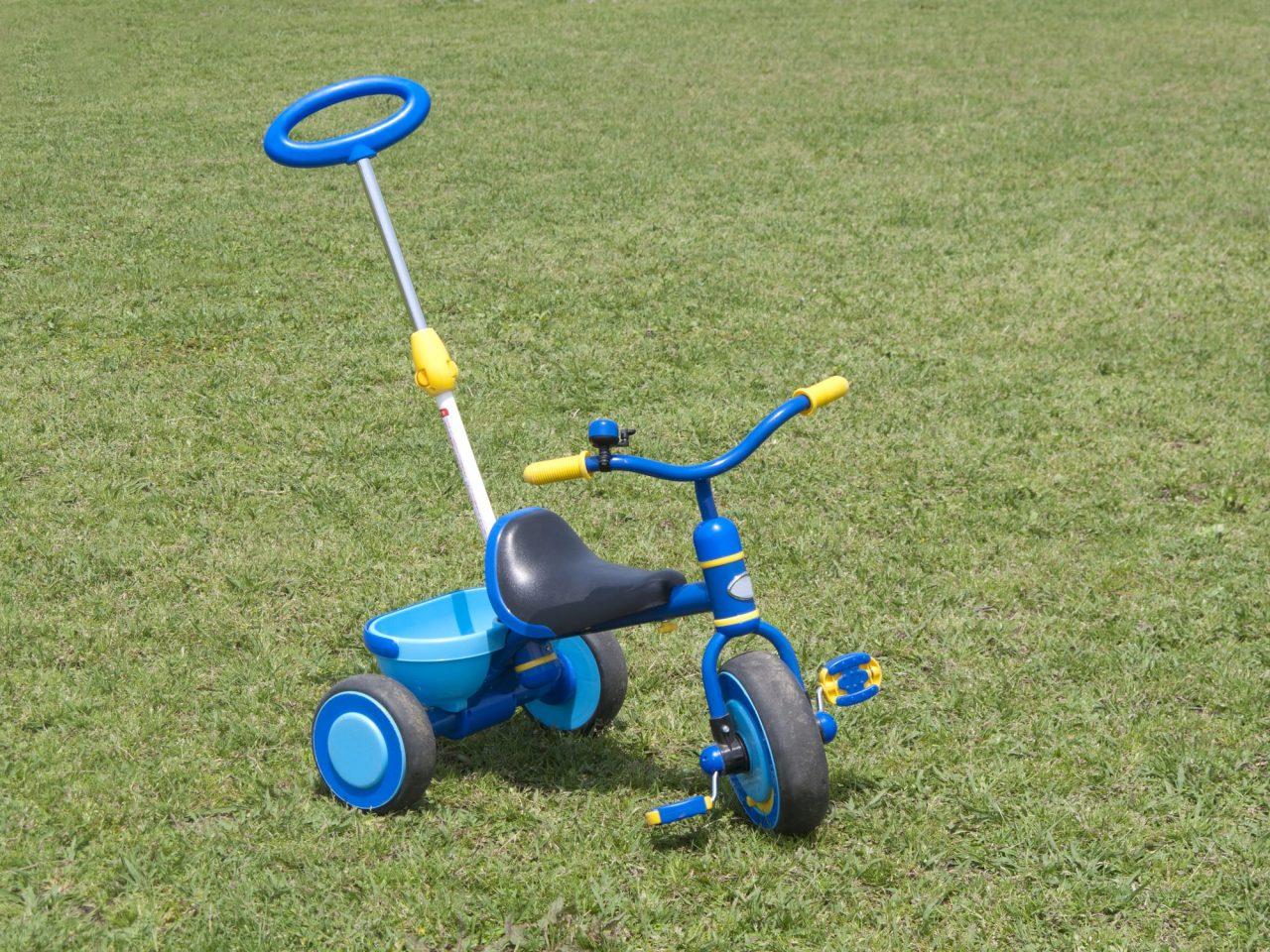 手押し棒の付いた三輪車は、親が押してあげることもできる