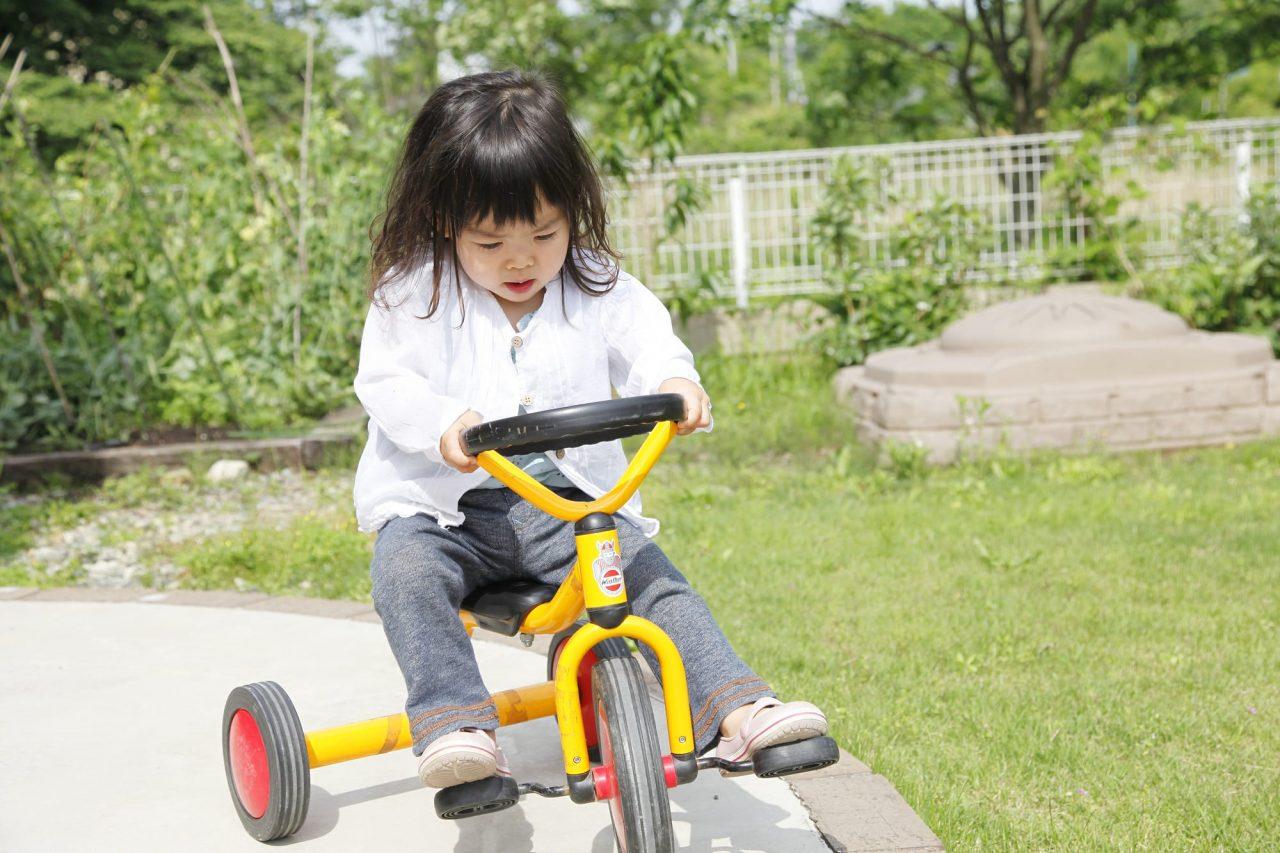 三輪車はよい姿勢を保つのに必要な体幹と腸腰筋を鍛えるのに役立つ