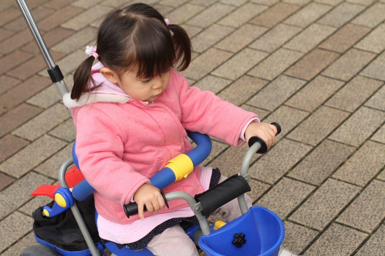 三輪車は安全にのんびり遊ぶことができる