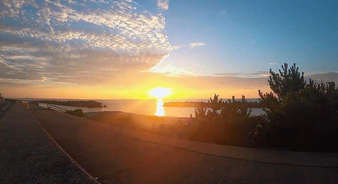 富山湾の海に沈む夕焼けを見ながらキャンプ