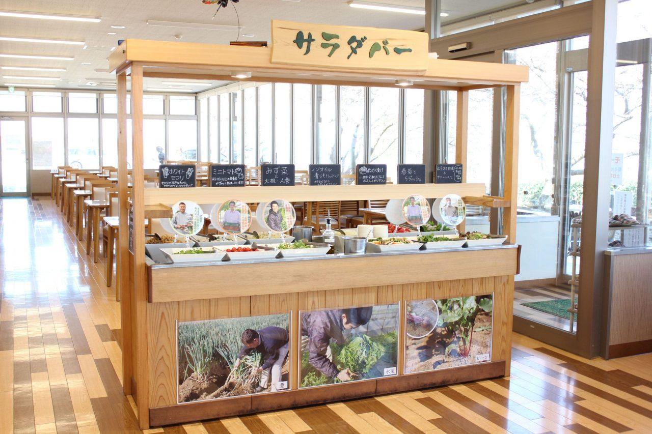 地元柏で採れた新鮮な野菜を中心としたサラダバーが人気