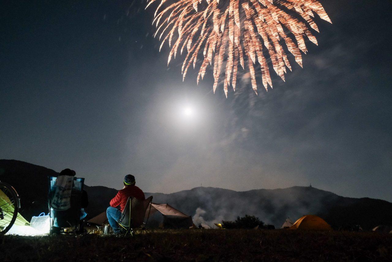 夜には本格的な花火が。