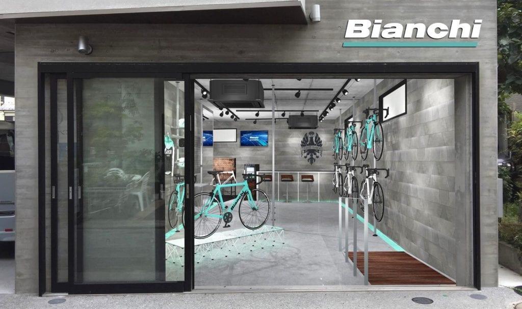 直営店は「ビアンキ バイクストア」と称し展開される。11/7にオープンしたばかりの『ビアンキバイクストア 逗子』では、Discovery(ディスカバリー)のコンセプトのもとバイク・アイテム販売はもちろん、ライドイベント・試乗会・セミナーも実施予定だ。
