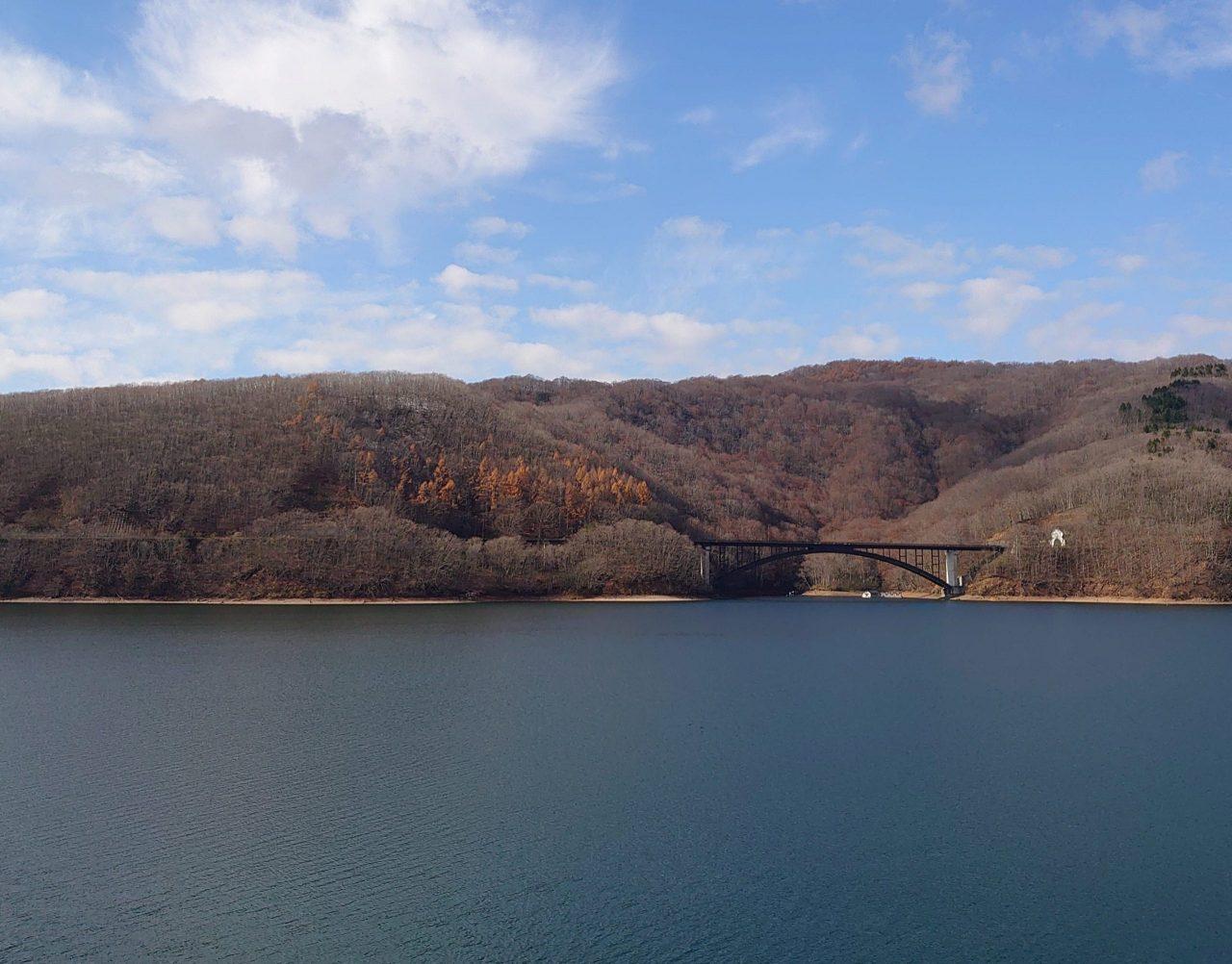 今回ご紹介する「桧原湖一周ルート〜ヒバイチ〜」。奥にかかっている橋、渡りますよ!