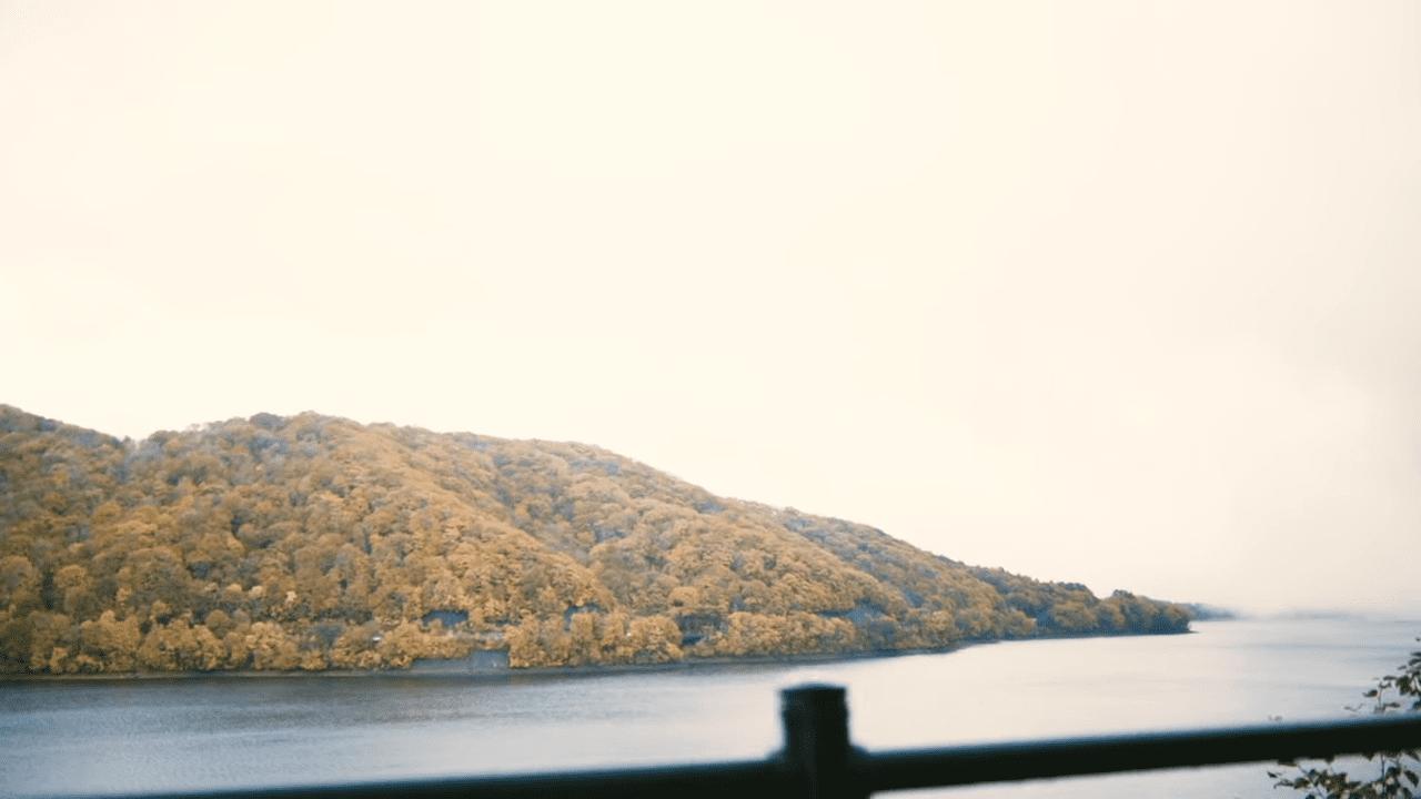 黄色く染まった木々が桧原湖に浮かぶ