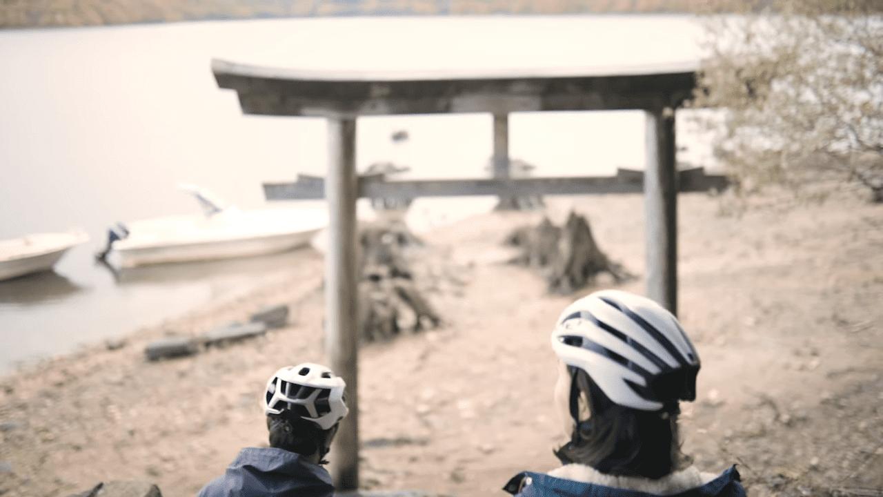 湖のほとりに鳥居が!隠れインスタ映えスポットです。