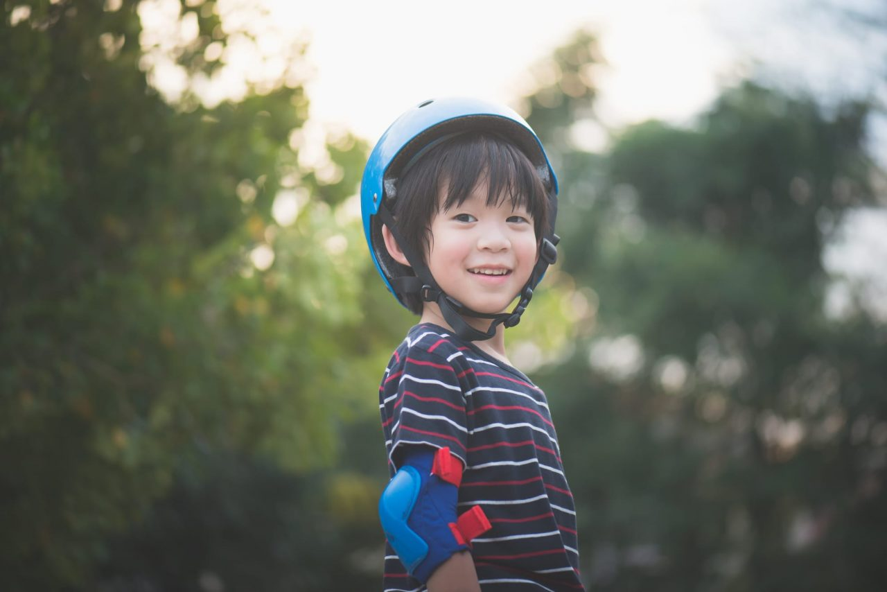 トレーニングバイクで遊ぶときは、必ずヘルメットをかぶらせよう