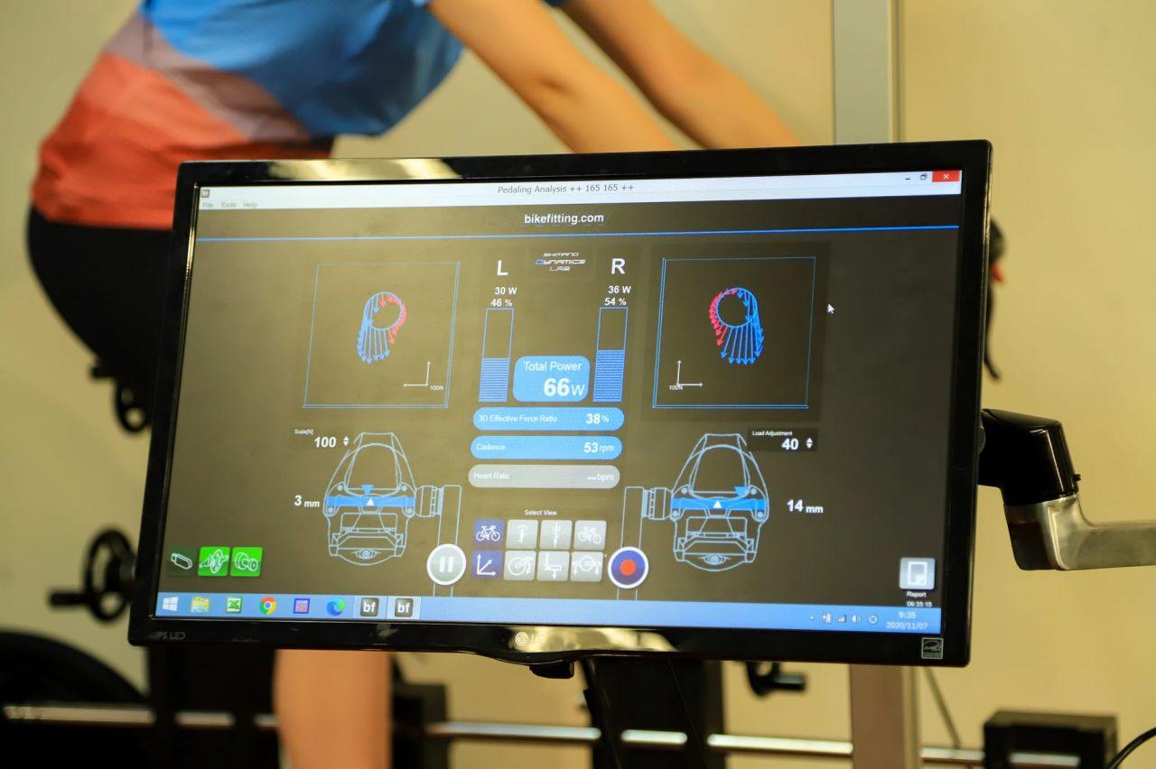 マシンに接続されたディスプレイには、リアルタイムで出力やペダリング効率、左右バランスなどが表示されています。すごい!