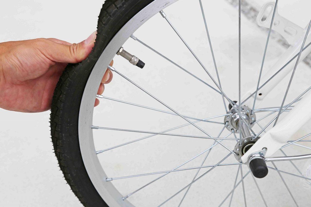自転車に乗る前にタイヤの空気圧をチェック