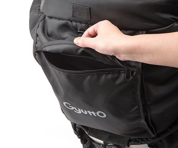 背面には大きめのポケットがついており、サンシェードとして使う時はレインカバー部分も収納出来ます
