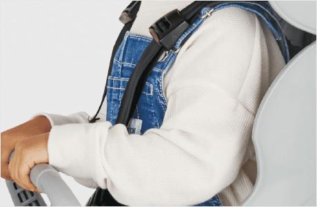 肩と腰回りをしっかりホールドしてくれる5点式シートベルト