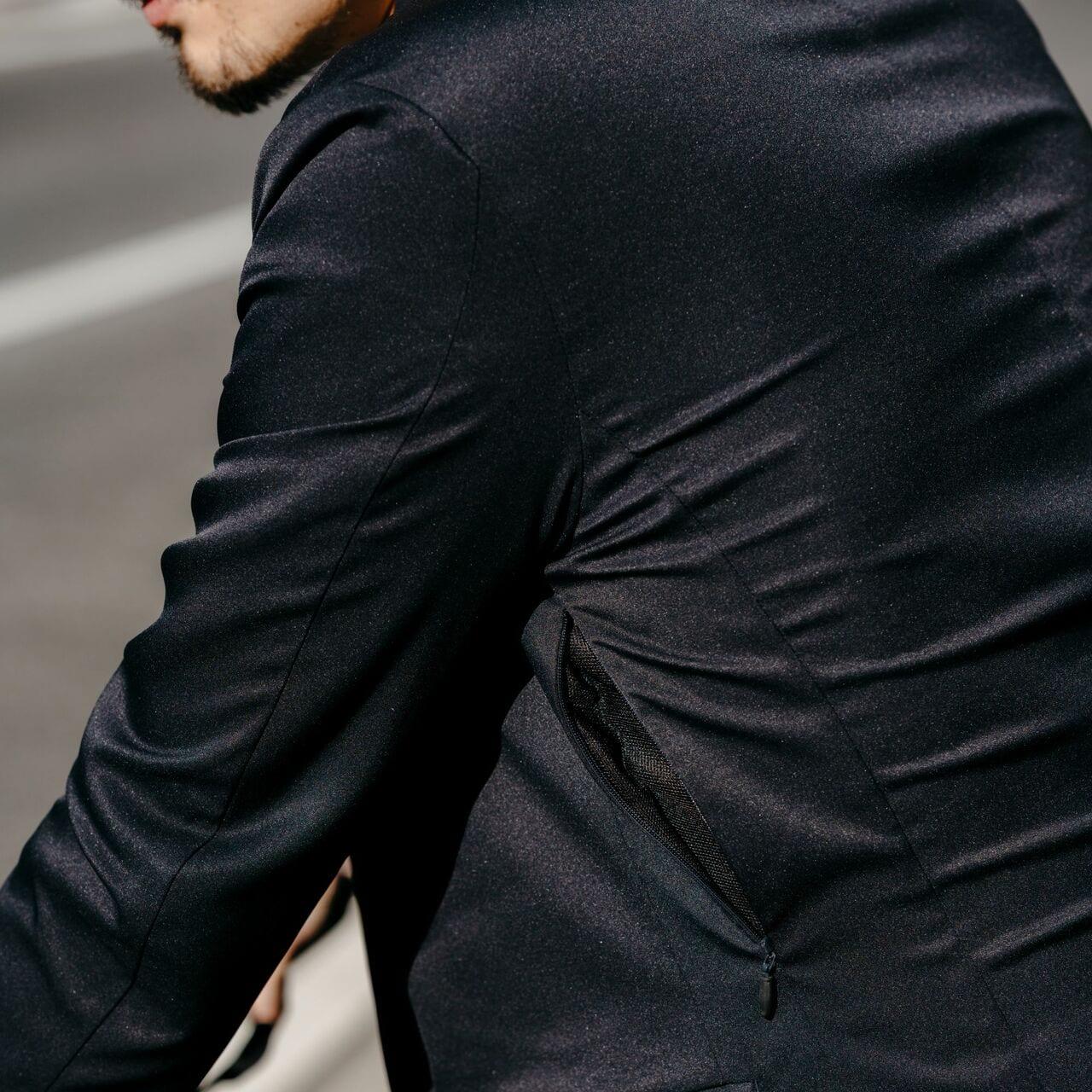 ジャケットの脇下、パンツサイドにはベンチレーションを搭載。蒸れを防ぎ、快適に走ることができる。