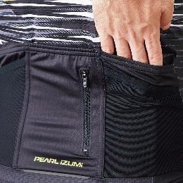 収納するものを分けて入 れられる 5 ポケットとフ ァスナー付きポケット