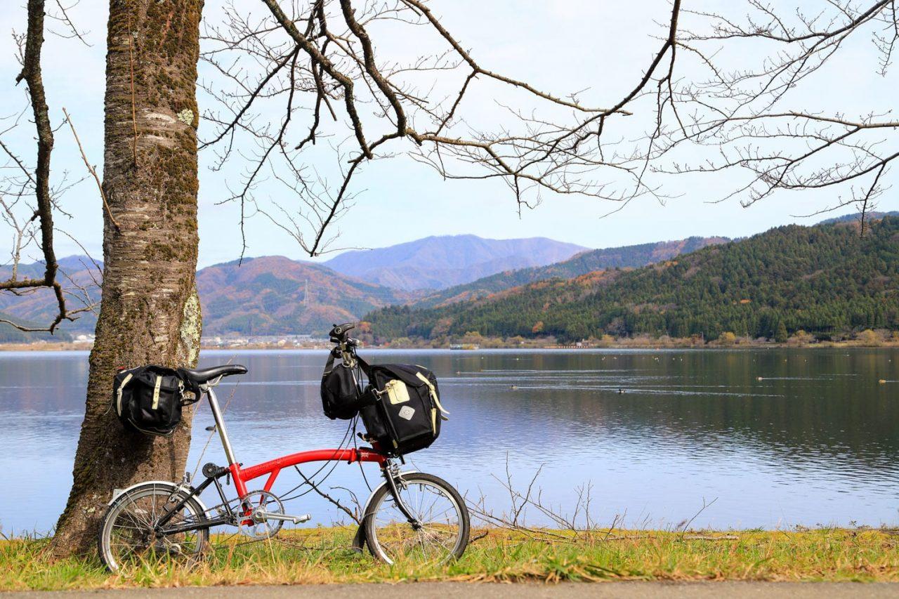 折りたたみ自転車でサイクリング。コンパクトながらも走行性能や積載性能が高いモデルもあり、実は活躍の幅が広い自転車です。photo:神楽坂つむり