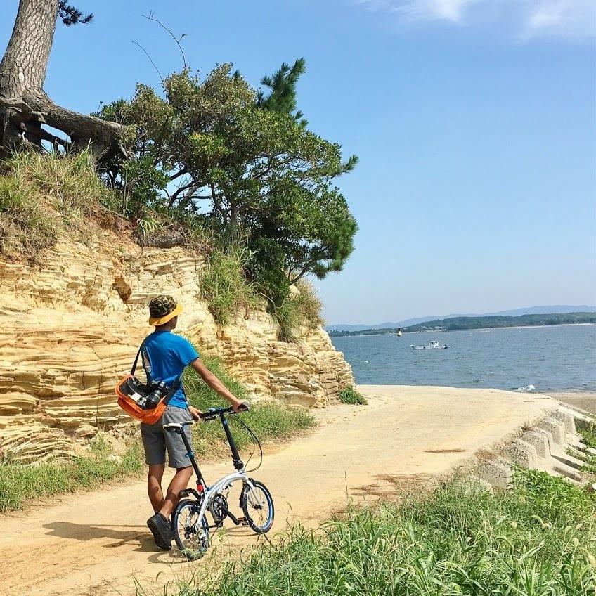 自宅から電車、フェリーと輪行してたどり着いた島。折りたたみ自転車は行動の幅を広げてくれます。photo:神楽坂つむり